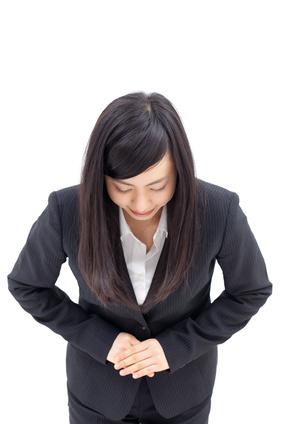 頭を下げる女性